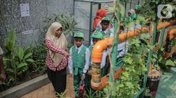 Petugas memberikan penjelasan bercocok tanam metode hidroponik terhadap anak-anak SD Laboratorium Jakarta di Balaikota Farm, Jakarta, Selasa (15/10/2019). Kegiatan belajar di luar ruangan ini untuk mengenal bibit, cara menanam, nutrisi dan media tanam hidroponik. (Liputan6.com/Faizal Fanani)