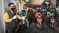 Gubernur Jawa Barat Ridwan Kamil bersama Bupati Sumedang Dony Ahmad Munir melepas pengemudi ojek online dan petugas pos yang mengirimkan paket sembako Pemda Provinsi Jabar bagi warga terdampak Covid-19. (Humas Jabar)