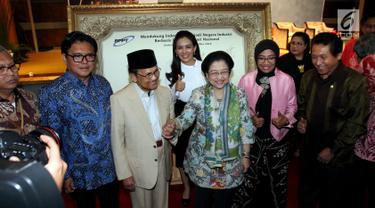 Presiden ke-3 BJ Habibie berfoto bersama Presiden ke-5 Megawati usai menghadiri acara Dialog Nasional di gedung BPPT, Jakarta, Rabu (9/5). (Liputan6.com/JohanTallo)