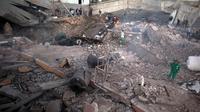 Warga memeriksa kerusakan akibat serangan udara ISrael di Jalur Gaza, Palestina (27/10). Israel mebombardir ke sejumlah titik di Jalur Gaza, termasuk beberapa di antaranya diyakini sebagai markas Hamas. (AP Photo/Khalil Hamra)