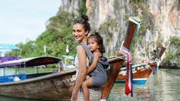 Atiqah dan sang suami juga sering membawa sang buah hati Salma Jihane Putri Dewanto berlibur. Bahkan, Atiqah sering mengunggah momen liburannya bersama sang buah hati di akun Instagram pribadinya. (Liputan6.com/IG/@riodewanto)