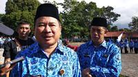 Bupati Garut Rudy Gunawan saat memberikan keterangannya kepada wartawan di Garut (Liputan6.com/Jayadi Supriadin)