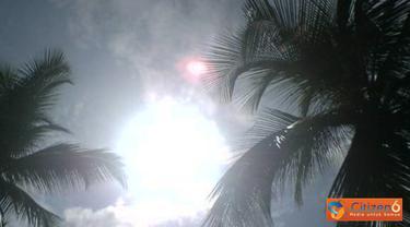 Citizen6, Banda Aceh: Fenomena alam kini muncul lagi, seberkas cahaya merah disamping matahari tampak seperti piring terbang atau UFO. Foto ini diambil oleh Armia Dahlan pada pukul 10:30 WIB (5/5) di langit Peureulak Aceh Timur. (Pengirim: Wardati)