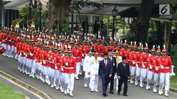 Presiden Joko Widodo didampingi Wapres Jusuf Kalla dan Mendagri Tjahjo Kumolo berjalan saat akan melantik  Gubernur dan Wakil Gubernur Kaltim serta Gubernur dan Wakil Gubernur Sumsel di Istana Negara, Jakarta, Senin (1/10). (Liputan6.com/Angga Yuniar)