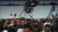 Para suporter mengalami kepanikan setelah bom meledak di Stade de France saat laga antara Prancis melawan Jerman sedang berlangsung, Jumat (14/11/2015). (Reuters/Carl Recine)