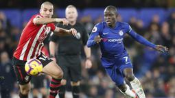 Gelandang Chelsea, N'Golo Kante, berebut bola dengan pemain Southampton, Oriol Romeu, pada laga Premier League di Stadion Stamford Bridge, Kamis (3/1). Kedua tim bermain imbang 0-0. (AP/Frank Augstein)