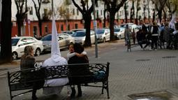 Orang berpakain capirote saat mengikuti prosesi Pekan Suci atau Semana Santa di ibukota Andalusia, Spanyol, (21/3). Mengikuti prosesi Semana Santa merupakan sarana menjalani penitensi atau hukuman dari dosa-dosa. (REUTERS / Marcelo del Pozo)