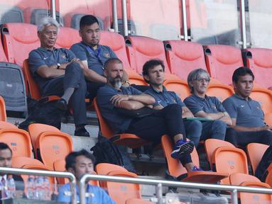 Pelatih Timnas Indonesia, Luis Milla (tengah) menyaksikan langsung laga Uzbekistan melawan Bahrain pada PSSI Anniversary Cup 2018 di Stadion Pakansari, Kab Bogor, Senin (30/4). Laga kedua tim berakhir imbang 3-3. (Liputan6.com/Helmi Fithriansyah)