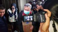 Penyidik KPK keluar dari rumah Dirut PLN Sofyan Basir. (Merdeka.com/Nur Habibie)