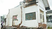 Anggota Forpi saat melakukan pantauan bangunan yang dibongkar. (KRJogja.com/Yudho P)