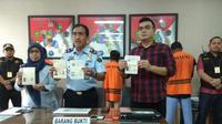 Dua warga negara asing yang tinggal di Tangerang, tertangkap sebagai pelaku kejahatan media sosial. (Liputan6.com/Pramita Tristiawati)
