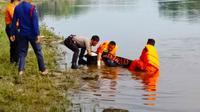 Petugas mengevakuasi jenazah Suhartini dari Sungai Siak, Pekanbaru. (Liputan6.com/M Syukur)