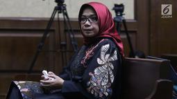 Terdakwa dugaan suap kesepakatan kontrak kerja sama pembangunan PLTU Riau-1, Eni Maulani Saragih bersiap menjalani sidang lanjutan di Pengadilan Tipikor, Jakarta, Selasa (22/1). Eni menjalani pemeriksaan terdakwa. (Liputan6.com/Helmi Fithriansyah)