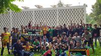 Fans Sriwijaya FC dari kelompok Singa Mania, masih berkumpul sebelum masuk ke Stadion Utama Gelora Bung Karno, Senayan, Jakarta, Sabtu (17/2/2018).  (Bola.com/ Zulfirdaus)