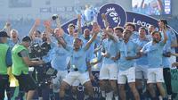 Para pemain Manchester City merayakan gelar juara Liga Inggris di Stadion American Express Community, Brighton, Minggu (12/5). City juara setelah unggul satu poin dari Liverpool. (AFP/Glyn Kirk)