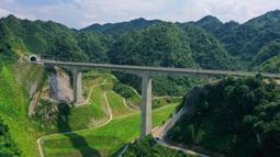 Foto dari menunjukkan jembatan yang ada di jalur kereta antarkota Anshun-Liupanshui di Provinsi Guizhou, China, Senin (6/7/2020). Jalur ini akan menjadikan Kota Liupanshui sepenuhnya terhubung dengan jaringan kereta cepat nasional. (Xinhua/Liu Xu)