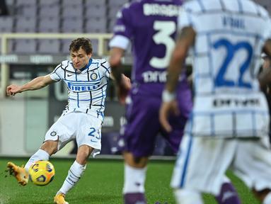 Inter sukses membuka keunggulan pada menit ke-31 lewat tembakan keras Nicolo Barella dari luar kotak penalti yang menghujam gawang tim tuan rumah tanpa bisa diantisipasi Dragowski. (Foto: AFP/Alberto Pizzoli)