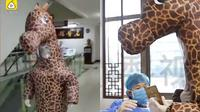 Kehabisan Masker di China, Wanita Ini Kenakan Kostum Jerapah (Sumber: World of Buzz)