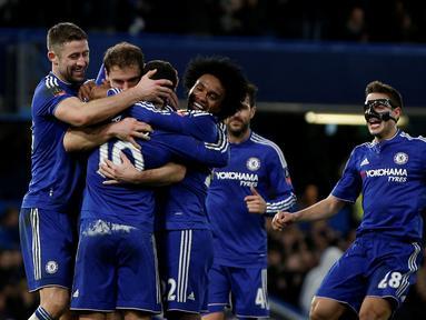 Pemain Chelsea merayakan gol yang dicetak Eden Hazard ke gawang Manchester City dalam laga putaran kelima Piala FA di Stadion Stamford Bridge, London, Minggu (21/2/2016) malam WIB. (AFP/Adrian Dennis)