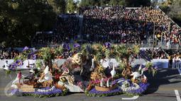 Sebuah mobil hias berbentuk hutan dengan aneka satwa ikut berparisipasi di Rose Parade, Pasadena, California (1/1/2016). Acara Rose Parade menjadi acara yang dinantikan penduduk Pasadena setiap awal tahun (REUTERS / David McNew)