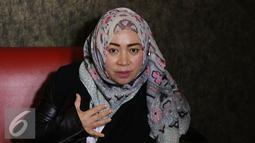 Penyanyi Melly Goeslaw menjawab pertanyaan wartawan usai latihan nyanyi buat HUT SCTV di Jakarta, Jumat (19/8/2016). Melly dan Syahrini akan tampil duet di malam puncak HUT SCTV ke 26. (Liputan6.com/Herman Zakharia)