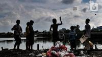 Anak-anak bermain di permukiman padat penduduk kawasan Cakung, Jakarta, Senin (15/2/2021). Hasil survei Badan Pusat Statistik (BPS)  pun memperlihatkan kenaikan jumlah penduduk miskin di perkotaan lebih tinggi dibandingkan dengan perdesaan. (merdeka.com/Iqbal S Nugroho)
