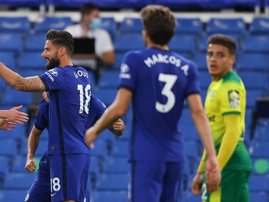 Penyerang Chelsea, Olivier Giroud (tengah) berselebrasi dengan rekan-rekannya usai mencetak gol ke gawang Norwich City pada pertandingan lanjutan Liga Inggris di Stamford Bridge, London, Inggris (14/7/2020).  Chelsea menang tipis 1-0 atas Norwich. (AP Photo/Richard Heathcote,Pool)