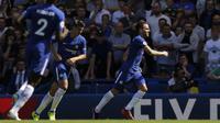 Ada motivasi tersendiri saat pemain Chelsea, Cesc Fabregas (kanan) melawan Arsenal. Fabregas merupakan mantan kapten The Gunners dan kemungkinan akan membuktikan diri untuk mencetak gol. (AP/Alastair Grant)
