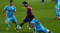 Striker Barcelona, Lionel Messi, berusaha melewati pemain Leganes pada laga La Liga di Stadion Camp Nou, Selasa (16/6/2020). Barcelona menang 2-0 atas Leganes. (AP Photo/Joan Montfort)