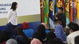 Salah satu peserta melakukan tanya jawab dengan Redaktur Eksekutif Liputan6.com, Irna Gustiawati saat Workshop Session Emtek Goes to Campus 2018 di Gedung 2 Universitas Padjajdaran, Bandung, Selasa (4/12). (Liputan6.com/Helmi Fithriansyah)