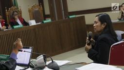 Indung, bawahan Bowo Sidik Pangarso di PT Inesia menjawab pertanyaan saat menjadi saksi pada sidang lanjutan dugaan suap pengangkutan pupuk dengan terdakwa Marketing Manager PT Humpuss Transportasi Kimia, Asty Winasti, Pengadilan Tipikor, Jakarta, Rabu (10/7/2019). (Liputan6.com/Helmi Fithriansyah)
