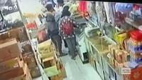 Rekaman video CCTV yang diunggah di media sosial FB menunjukkan seorang suster yang tengah berbelanja di toko dipukul orang tak dikenal di Pontianak. (foto: Liputan6.com/FB/edhie prayitno ige)