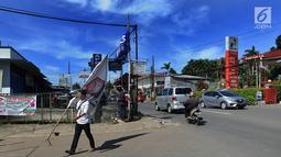 Petugas Bawaslu membersihkan alat peraga kampanye (APK) Pemilu 2019 di kawasan Lebak Bulus, Jakarta Selatan, Minggu (14/4). Pencoptan yang melibatkan tenaga PPSU ini sebagai tindak lanjut masa tenang Pemilu 2019 hingga hari pencoblosan 17 April mendatang. (merdeka.com/Arie Basuki)
