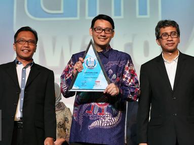 COO PT KMK, Manuel Irwanputra (tengah) saat menerima penghargaan Digital Marketing Award 2016 di Jakarta, Rabu (19/10). Manuel mewakili Liputan6.com untuk menerima dua penghargaan di acara tersebut. (Liputan6.com/Johan Tallo)
