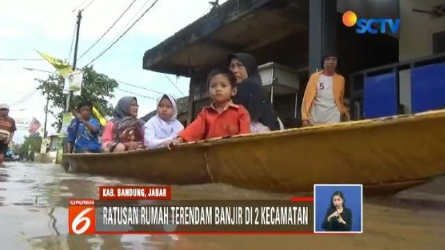 Banjir terparah melanda Kampung Bojong Asih, Kecamatan Dayeuhkolot, dengan ketinggian 1 meter dan menutup akses jalan menuju permukiman.