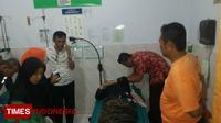 Korban saat menjalani perawatan di Puskesmas Kebondalem, Bangorejo, Banyuwangi. (TIMES Indonesia/Erwin Wahyudi)