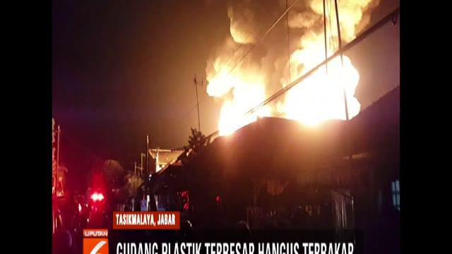 Menurut warga, api muncul dari dalam gudang saat karyawan sudah pulang dan gudang dalam posisi terkunci.