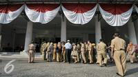 Sejumlah pegawai negeri sipil (PNS) antre masuk ke dalam Balai Kota untuk bersalaman dengan Gubernur DKI Jakarta, Senin (11/7). Gubernur Ahok menggelar halal bihalal di hari pertama kerja. (Liputan6.com/Yoppy Renato)