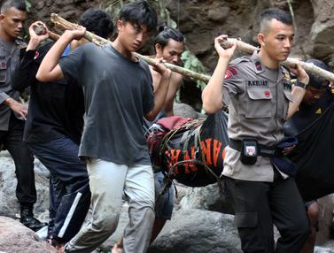 20160516-Banjir Bandang Tewaskan 8 Orang di Air Terjun Dua Warna Sumut