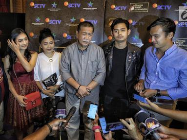Aktor Deddy Mizwar dan aktris pemain sinema wajah Indonesia berjudul ' Lubang Tikus' memberi keterangan saat hadir dalam gala premiere di Perpustakaan Nasional RI, Jakarta, Selasa (21/8). (Liputan6.com/Faizal Fanani)