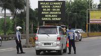 Petugas Dishub memberi informasi kepada pengendara mobil di depan Gerbang Tol Bekasi Barat 1, Bekasi, Jawa Barat, Senin (12/3). Penerapan ganjil-genap hanya berlaku pada dua pintu tol tersebut untuk arah Bekasi ke Jakarta. (Liputan6.com/Arya Manggala)