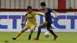 Gelandang Bhayangkara FC, Alsan Sanda, berusaha mengontrol bola saat melawan PSBL Langsa pada Piala Indonesia 2018 di Stadion PTIK, Jakarta, Jumat (1/2). Bhayangkara menang 4-3 atas PSBL. (Bola.com/Yoppy Renato)