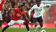 Gelandang Manchester United, Fred, berebut bola dengan gelandang Liverpool, Georginio Wijnaldum, pada laga Premier League di Stadion Old Trafford, Manchester, Minggu (20/10). Kedua klub bermain imbang 1-1. (AFP/Oli Scarff)