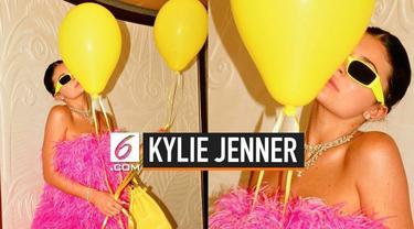 Kylie Jenner baru saja merayakan ulang tahun yang ke 22 tahun di Italy. Sang Ayah ucapkan lewat instagram, namun unggah foto yang salah. Bukan foto Kylie, melainkan foto Kendall Jenner.