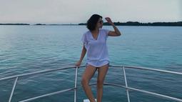Dita sendiri cukup sering terlihat berlibur di alam terutama pantai. Penampilan wanita yang pernah menjadi rekan duet Maia Estianty ini juga terlihat cukup santai dengan kaus berwarna putihnya. (Liputan6.com/IG/@ditaofficial.id)