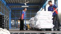 Petugas mengangkut paket untuk dikirim ke berbagai daerah di gudang logistik TIKI di Bandara Soekarno-Hatta, Kamis (18/5). Pengiriman logistik pada Ramadan dan Lebaran 2017 diprediksi akan mengalami peningkatan hingga 50 persen (Liputan6.com/Angga Yuniar)