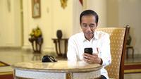 Presiden Jokowi berbincang dengan dr Faisal Rizal Matondang, seorang dokter paru, melalui panggilan video. (Foto: Biro Pers Sekretariat Presiden)