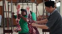 Seorang panitia memotong daging hewan kurban pada Idul Adha 1440 H di halaman Masjid Sunda Kelapa, Jakarta, Minggu (11/8/2019). Setiap tahun, Masjid Sunda Kelapa rutin melakukan penyembelihan hewan kurban yang berasal dari masyarakat. (Liputan6.com/Immanuel Antonius)