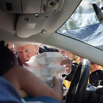 Presiden AS, Donald Trump membagikan makanan kepada korban badai Florence di Temple Baptist Church di New Bern, N.C. (19/9). Badai Florence menewaskan sedikitnya 32 orang. (AP Photo/Evan Vucci)