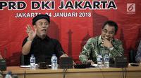Ketua Fraksi PDI Perjuangan DPRD DKI Jakarta Gembong Warsono didampingi penasehat fraksi Prasetio Edi Marsudi (kiri) saat memberikan keterangan pers 100 hari kinerja Anies-Sandi di Gedung DPRD DKI Jakarta, Rabu (24/1). (Liputan6.com/Arya Manggala)